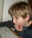 Kinder sitzen immer häufiger vor dem Computer und bewegen sich deshalb zu wenig.